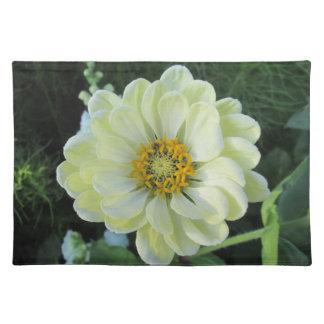 Flor amarilla clara de la dalia salvamanteles
