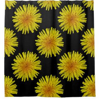 Flor amarilla del diente de león del verano en cortina de baño
