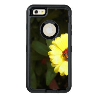 Flor amarilla hermosa con la pequeña abeja funda OtterBox defender para iPhone 6 plus