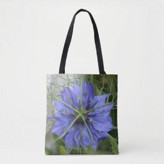 Flor azul grande en una bolsa de asas