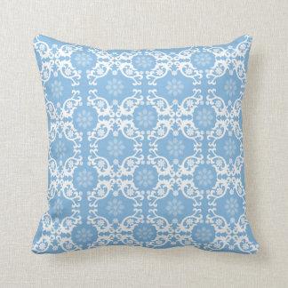 Flor blanca azul clara del cordón cojín decorativo