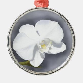 Flor blanca de la orquídea adorno navideño redondo de metal