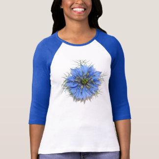 Flor de Beautful Nigella en una camisa de manga