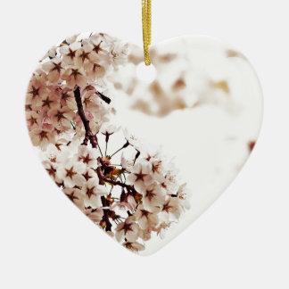 Flor de cerezo blanca adorno navideño de cerámica en forma de corazón
