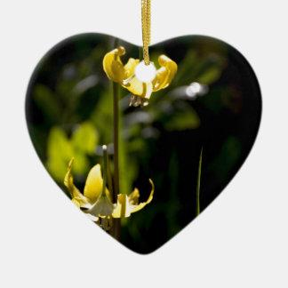 Flor de la montaña adorno navideño de cerámica en forma de corazón