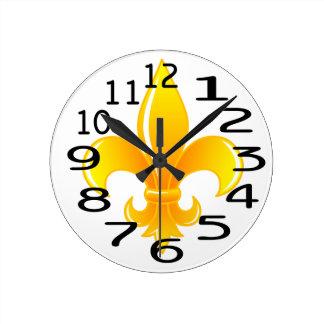 Flor de lis personalizada del oro reloj redondo mediano