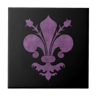 Flor de lis púrpura en negro azulejo cuadrado pequeño