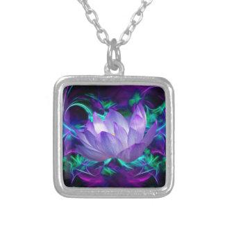 Flor de loto púrpura y su significado collar plateado