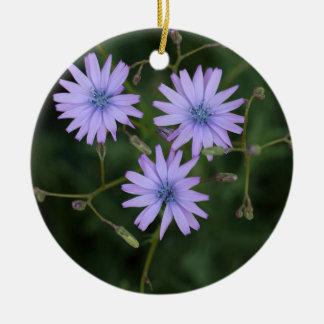 Flor de una lechuga de la montaña adorno navideño redondo de cerámica