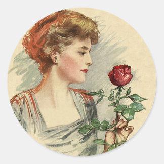 Flor del rosa rojo de la mujer del Victorian del Pegatina Redonda