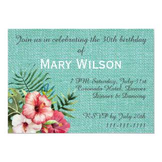 Flor hawaiana y fondo texturizado turquesa invitación 12,7 x 17,8 cm