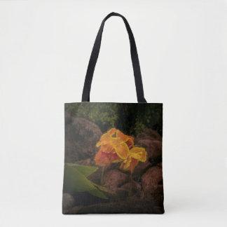 Flor hermosa del amarillo y del oro en la bolsa de