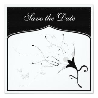 Flor negra y blanca clásica con las mariposas invitación 13,3 cm x 13,3cm