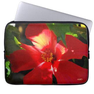 Flor roja del hibisco en luz del sol funda para portátil