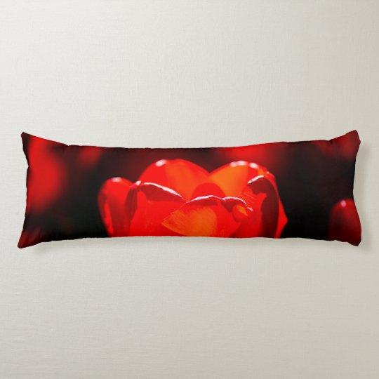 Flor roja del tulipán - fuego almohada de cuerpo entero