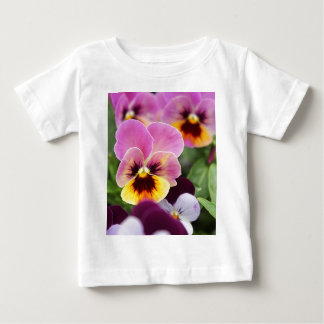 Flor rosada y amarilla colorida del pensamiento camiseta de bebé