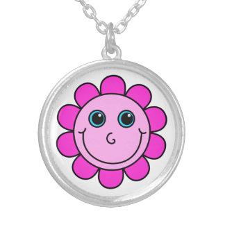 Flor sonriente rosada de la cara collar plateado