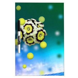 Flor y pelotas de tenis que vuelan en el aire pizarra blanca