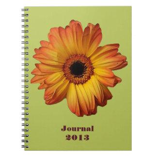 Floración anaranjada soleada de la flor del gerber libro de apuntes con espiral