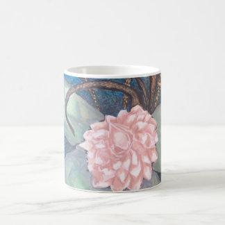 Floración oriental de la flor con el fondo del taza de café