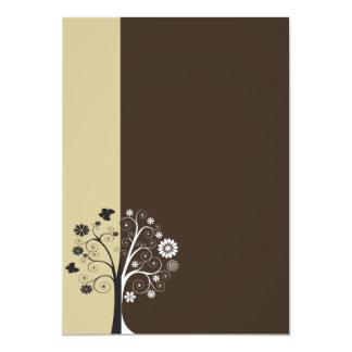 Floral blanco y negro y mariposas invitación