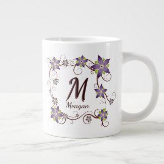 Floral púrpura y la vid enmarcaron inicial del taza de café gigante
