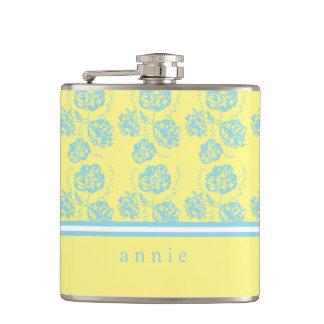 Floral suavemente azul y amarillo claro petaca