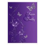 Florales púrpuras y de plata con las mariposas inv