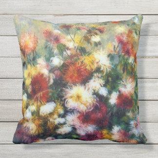 Florero de bella arte de Renoir de los crisantemos Cojín De Exterior
