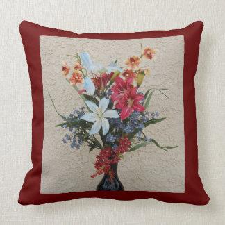 Florero y almohada decorativos de las flores