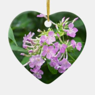 Flores ahumadas de la montaña adorno navideño de cerámica en forma de corazón
