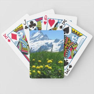 Flores amarillas y montañas nevosas baraja de cartas