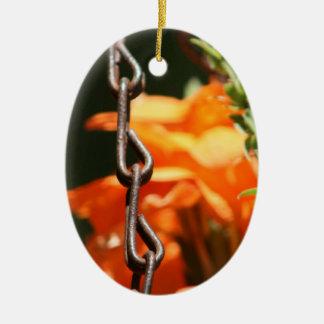 Flores anaranjadas y cierre aherrumbrado de la adorno ovalado de cerámica