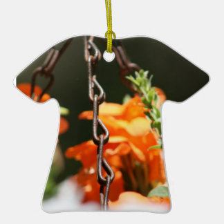 Flores anaranjadas y cierre aherrumbrado de la adorno de cerámica en forma de camiseta