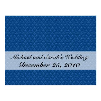 Flores azules claras atractivas con dos hojas en e postal