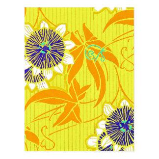 Flores azules en amarillo postal