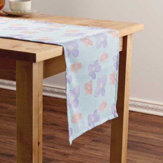 Flores azules rosadas en azul en colores pastel camino de mesa corto
