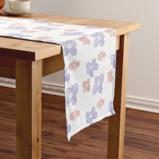 Flores azules rosadas en blanco camino de mesa