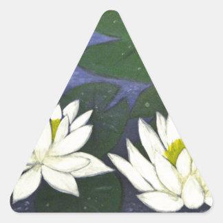 Flores blancas de Waterlily en una charca Pegatina Triangular