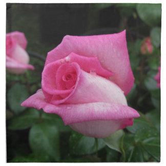 Flores color de rosa rosadas con las gotitas de servilleta de tela