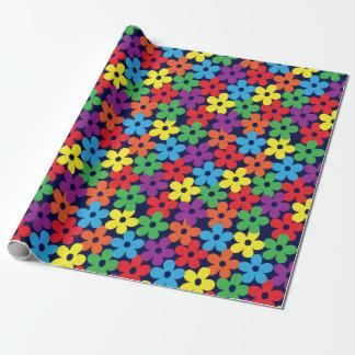 Flores coloridas en el papel de embalaje de los