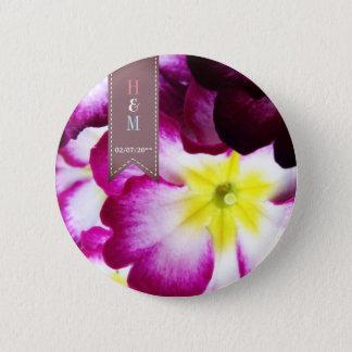 Flores coloridas que casan el botón del favor