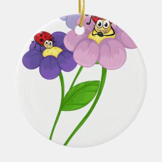 Flores con las mariquitas adorno redondo de cerámica