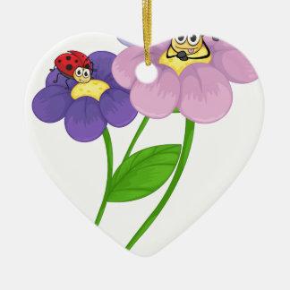 Flores con las mariquitas adorno de cerámica en forma de corazón
