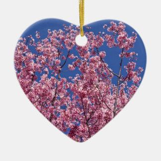 Flores de cerezo de Sakura en el azul Adorno Navideño De Cerámica En Forma De Corazón