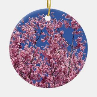 Flores de cerezo de Sakura en el azul Adorno Navideño Redondo De Cerámica