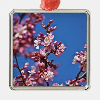 Flores de cerezo de Sakura que tocan el azul Adorno Navideño Cuadrado De Metal