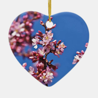 Flores de cerezo de Sakura que tocan el azul Adorno Navideño De Cerámica En Forma De Corazón