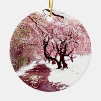 Flores de cerezo en el ornamento de la nieve adorno de navidad