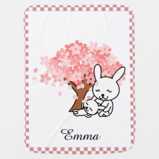 Flores de cerezo y conejitos personalizados mantita para bebé
